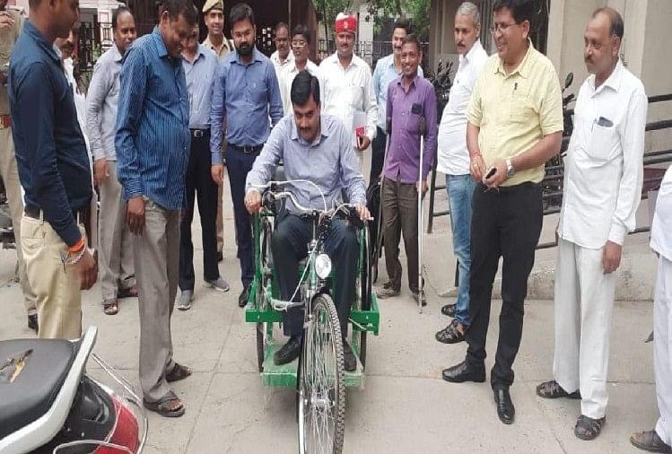 दिव्यांग को ई-ट्राई साइकिल भेंट करने के बाद मंगलवार को डीएम इंद्र विक्रम सिंह ने ई-ट्राई साइकिल चलाकर इनकी ड्राइंविंग भी देखी