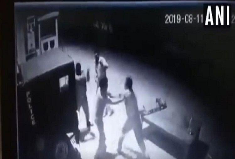 प्रयागराज में घूस के पैसे को लेकर आपस में लड़ने के मामले में दो पुलिसवालोंको सस्पेंड कर दिया गया है
