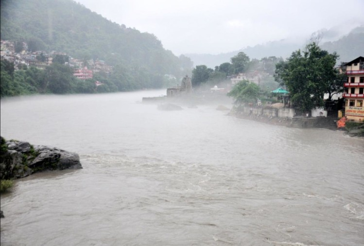 beas river water level rise upto mandi manali highway and vehicular movement stopped