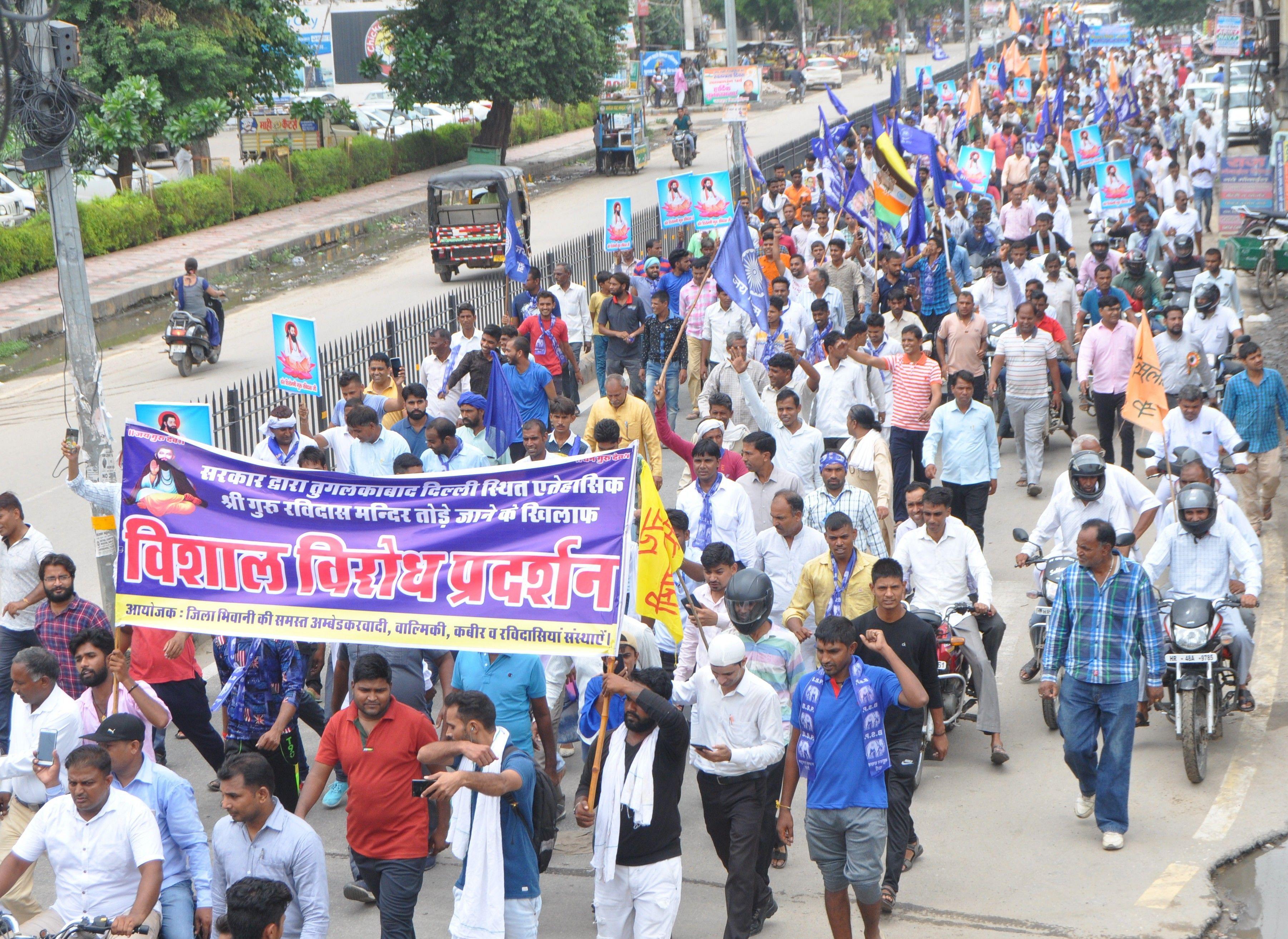 08 दिल्ली में रविदास मंदिर को तोड़ने के विरोध में प्रदर्शन करते हुए लोग।