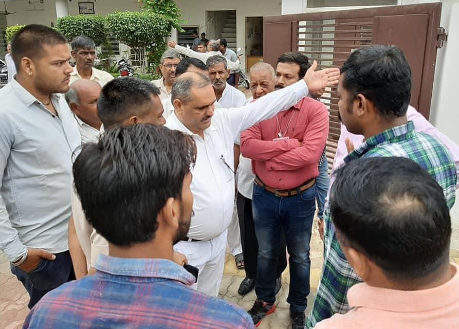 13-कैथल। पूंडरी में विधायक के निवास स्थान पर समर्थको से बात करते हुए हैदराबाद पुलिस।