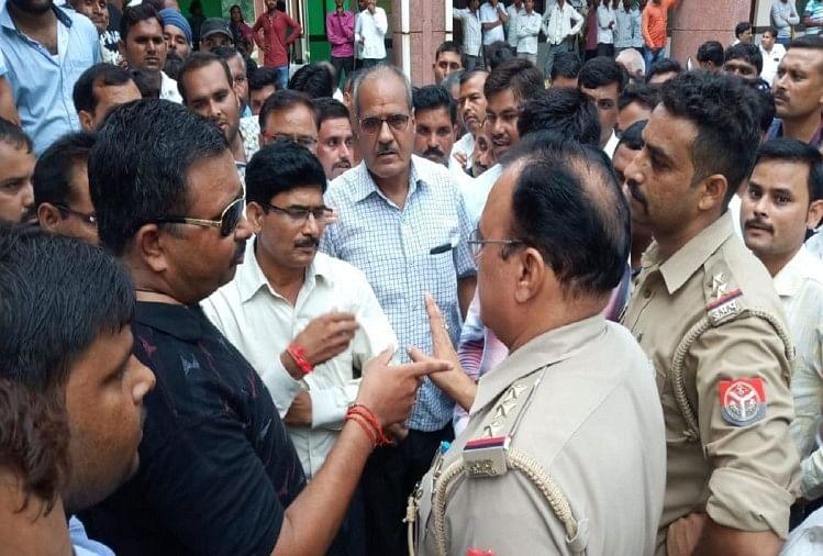 उत्तर प्रदेश के शाहजहांपुर में सोमवार दोपहर पुवायां के एसडीएम कार्यालय में तहसील बार संघ के एक वकील और एसडीएम के बीच कहासुनी हो गई