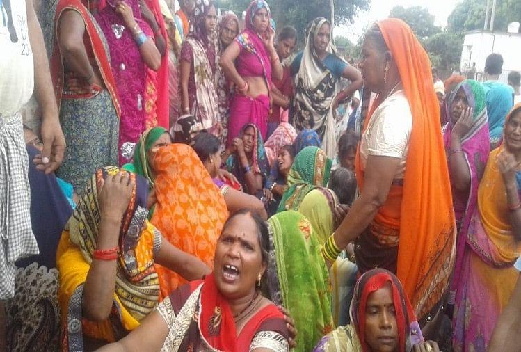 उत्तर प्रदेश के प्रयागराज में रविवार को तीन अलग-अलग जगहों पर छह लोगों की हत्या से पूरे जिले में दहशत फैल गई