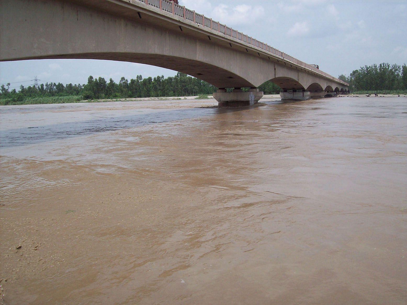 सनौली। यमुना पुल को छूता पानी।
