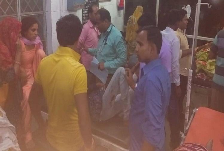 रोजा थाना क्षेत्र के अटसलिया रेलवे फाटक के निकट बरनई तिराहाके पास बुधवार रात साढ़े नौ बजे ट्रैक्टर-ट्रॉली और मैजिक (छोटा हाथी) कीआमने-सामने से भिड़ंत हो गई