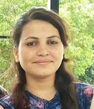 घर से स्कूटी में पेट्रोल भराने के लिए निकली एमबीपीजी कॉलेज की छात्रा निशा पांडे को इनोवा कार ने टक्कर मार दी