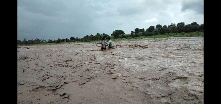स्कूल से वापस घर को लौटते वक्त सूखी नदी के एकाएक उफान पर आने से दो छात्र नदी के बीचों बीच फंस गए