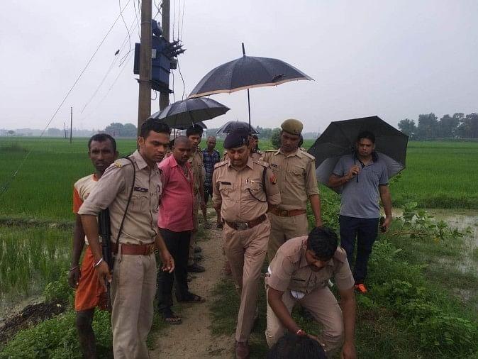 गंगापार के उतरांव थाना क्षेत्र में हंडिया कोखराज हाईवे के किनारे खेत में एक अज्ञात युवती की दुपट्टे से गला दबाकर हत्या कर दी गई