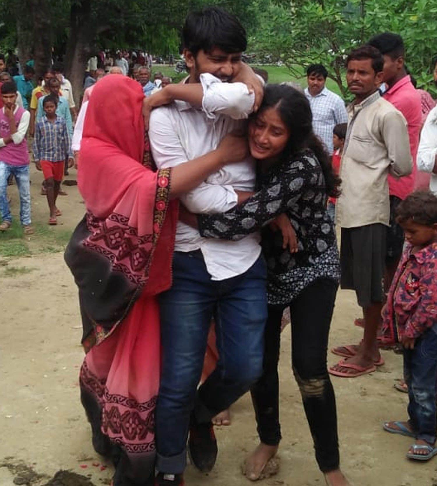 फतनपुर थाने के अमरई गांव में अधिवक्ता का शव पहुंचने पर बिलखते बेटा बेटी व पत्नी।