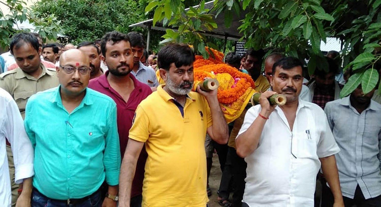 फतनपुर थाने के अमरई में मृत अधिवक्ता दिनेश पांडेय को कंधा देते विधायक धीरज ओझा।