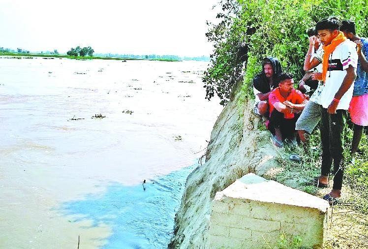 पाक से आए पानी ने ध्वस्त किए बीएसएफ के तीन बंकर, अभी टला नहीं खतरा