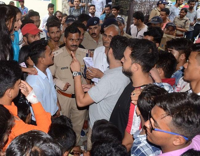 एमबीपीजी कॉलेज में सीटें बढ़ाने की मांग को लेकर चल रहे छात्रों के आमरण अनशन को कॉलेज प्रशासन ने किसी तरह समाप्त करवा दिया
