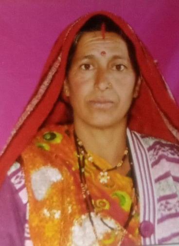 ओखलकांडा विकासखंड के ग्रामसभा पतलिया के लिंगरानी निवासी दीपा पांडे (45) पत्नी भुवन पांडे की बृहस्पतिवार शाम पांच बजे खाई में गिरने से मौत हो गई