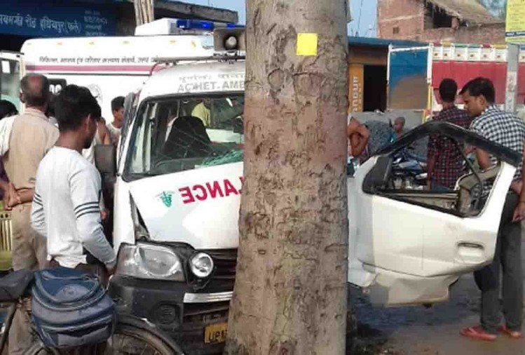 फर्रुखाबाद में दिल्ली से मरीज का चेकअप कराने के बाद आते समय एंबुलेंस अनियंत्रित होकर पेड़ से टकरा गई