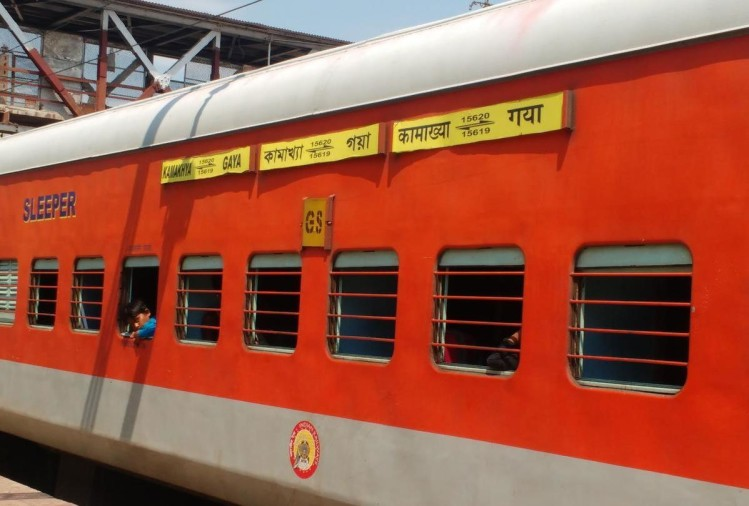 इंदौर से गुवाहाटी जाने वाली कामाख्या एक्सप्रेस के स्लीपर कोच में इलाज कराकर लौट रहे एक मुसाफिर की ट्रेन में ही हालत बिगड़ गई