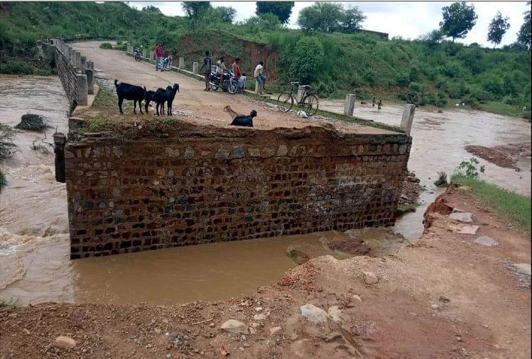 बांदा के अतर्रा सीमावर्ती मध्य प्रदेश में बारिश के चलते यहां छोटी नदिया भी उफान पर है