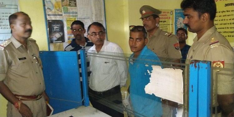 सरायइनायत थाना क्षेत्र के प्रयागराज-वाराणसी हाईवे पर सुदुनीपुरकला गांव स्थित एसबीआई बैंक के ग्राहक सेवा केंद्र पर बृहस्पतिवार की रात शातिर चोरों ने धावा बोल दिया
