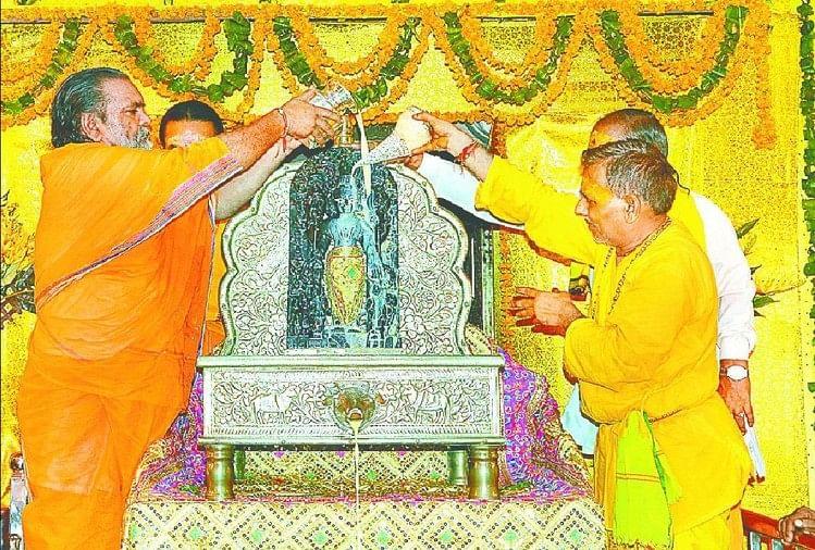केशव मंदिर में कान्हा का अभिषेक करते सेवायत