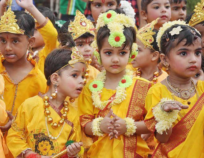 मिनर्वा पब्लिक स्कूल में राधा-कृष्ण के स्वरूप में बच्चों ने मनमोह लिया।
