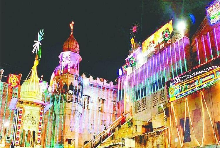 रंग बिरंगी रोशनी से जगमगाता राधारानी मंदिर (फाइल)