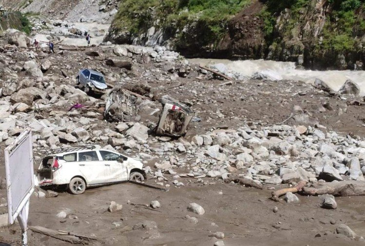 cloudburst in Govindghat Badrinath Highway 30  meter swept 40 vehicles buried in debris