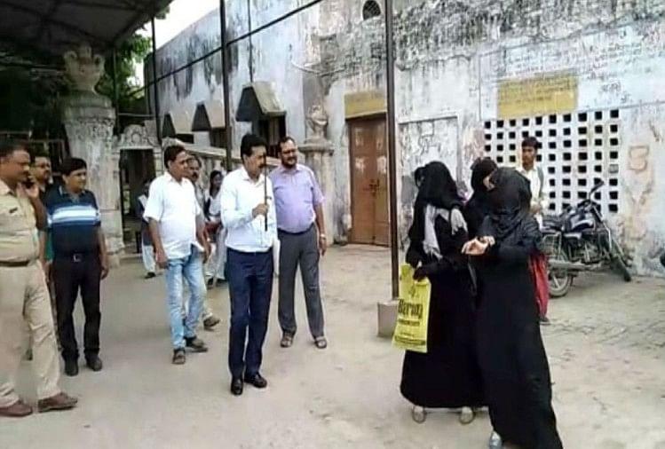 बुर्का पहनकर आईं छात्राओं को नहीं मिला प्रवेश