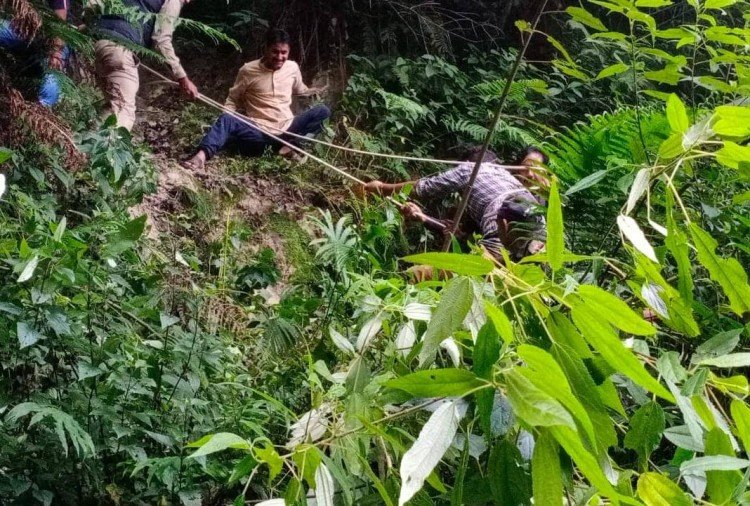Uncontrolled Car fell Into Ditch in Mussoorie Barlowganj Road
