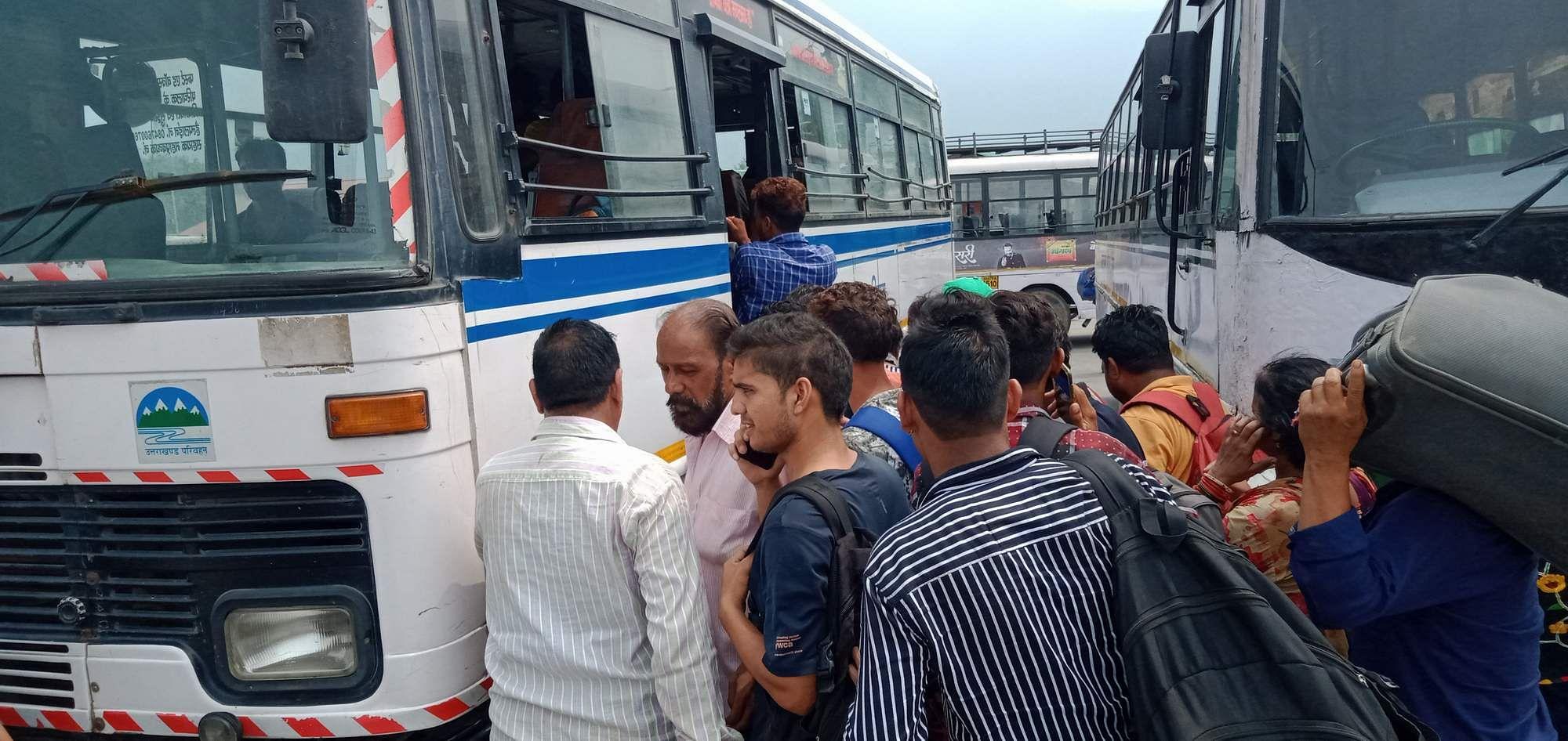 10 देहरादून, हरिद्वार रूट पर जाने के लिए रोडवेज बसों पर इस तरह रही मारामारी