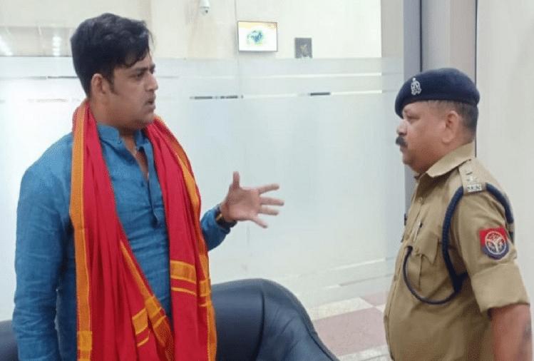 भाजपा सांसद रवि किशन के खिलाफ सोशल मीडिया पर आपत्तिजनक टिप्पणी करने के आरोपित के खिलाफ पुलिस ने आईटी एक्ट और बदनाम करने की धारा में केस दर्ज कर लिया है।