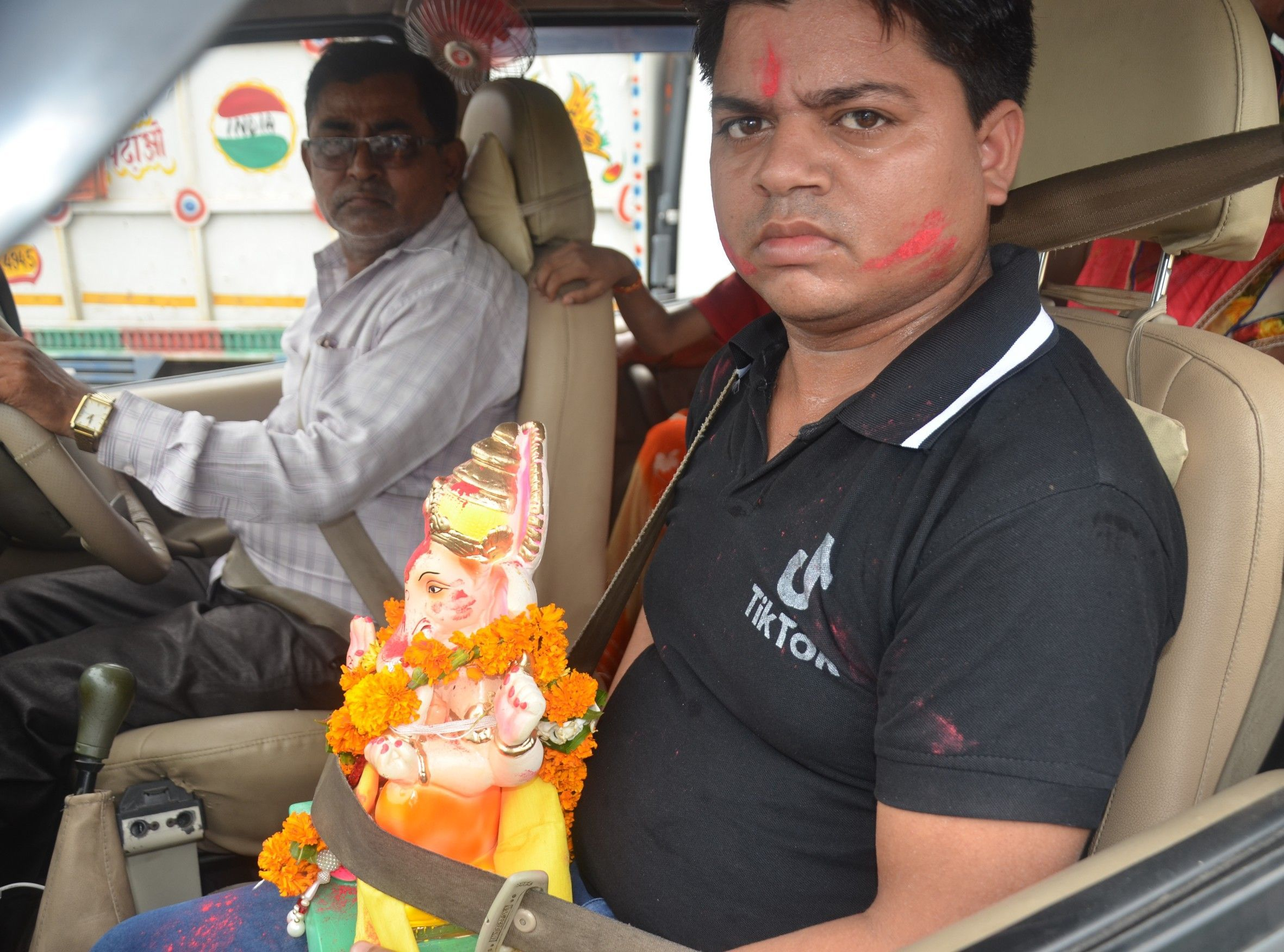 गणपति को सीट बेल्ट बांधकर गंगा घाट पर विसर्जन करने जाते श्रद्धालु। फोटो रूपेश शर्मा।