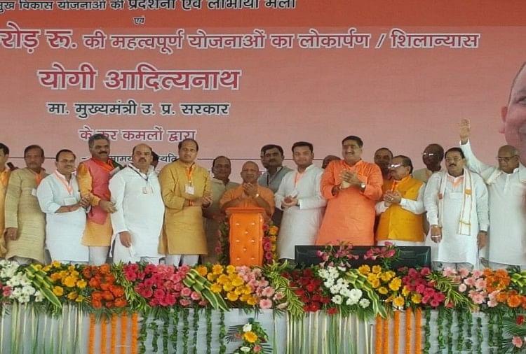 अलीगढ़ में मुख्यमंत्री योगी आदित्यनाथ ने विपक्ष को निशाने पर लिया है।उन्होंनेकहा कि न तो गोवंश कटने देंगे, न ही इनसे फसलों को बर्बाद होने देंगे।