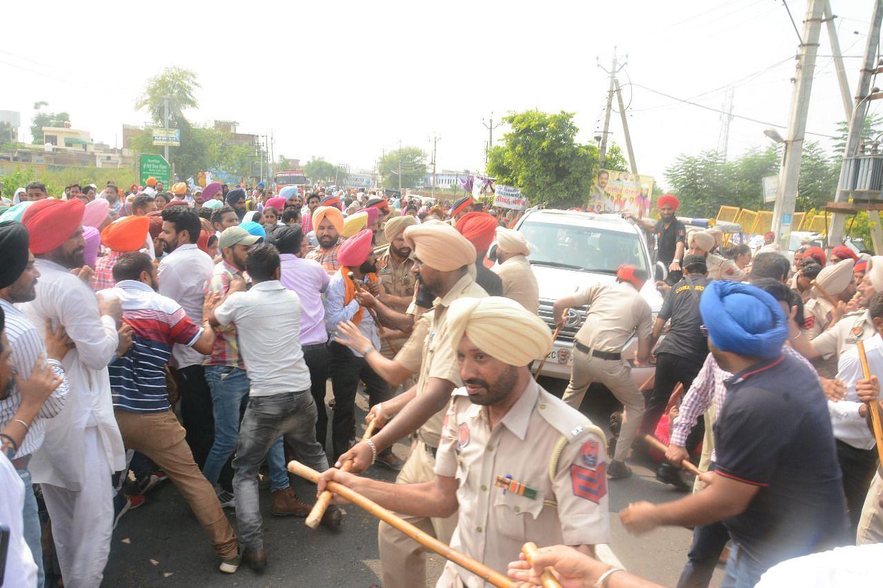 संगरूर में प्रदर्शन दौरान प्रदर्शनकारियों को खदेड़ती हुई पुलिस।