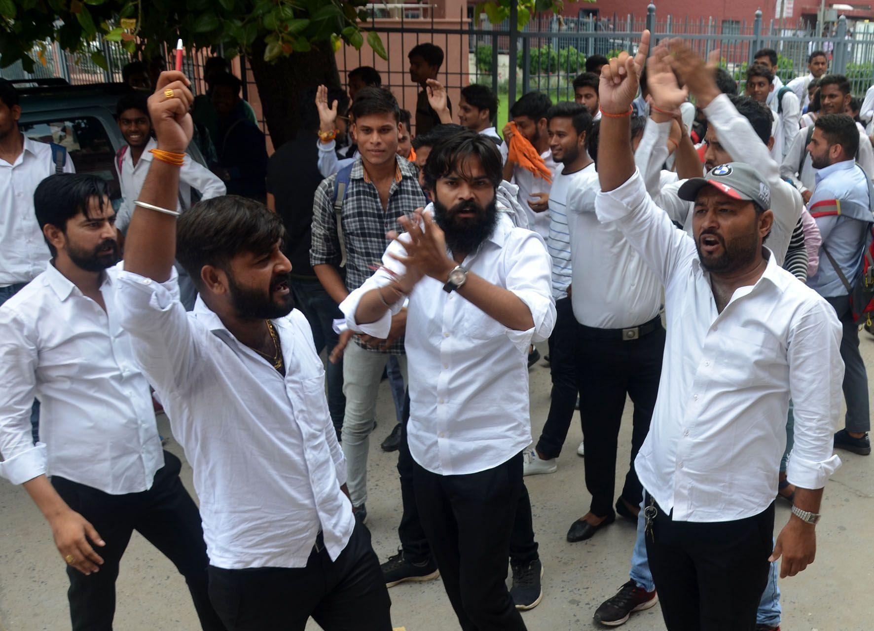 डीएस कॉलेज में बुर्का और टोपी पर प्रतिबंध की मांग को लेकरप्रदर्शन करते छात्र नेता।