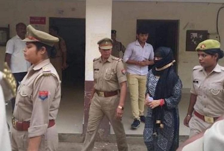 चिन्मयानंद और छात्रा प्रकरण में एसआईटी के हाथ कुछ और सबूत लगे हैं। रविवार को एसआईटी ने जेल में जाकर छात्रा और उसके तीनों दोस्त संजय, सचिन और विक्रम से पूछताछ की।
