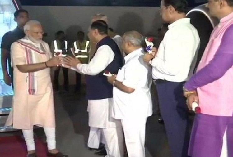 प्रधानमंत्री नरेंद्र मोदी का अहमदाबाद एयरपोर्ट पर स्वागत करते गुजरात के मुख्यमंत्री विजय रूपानी।