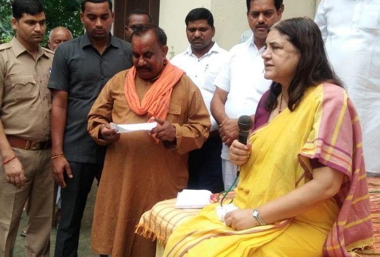 सुल्तानपुर की सांसद मेनका गांधी ने अपने संसदीय क्षेत्र के दौरे के दूसरे दिन पत्रकारों से बात करते हुए अनुच्छेद 370 तक पर चर्चा की और कहा कि इसे हटाने का दम सिर्फ प्रधानमंत्री नरेंद्र मोदी में ही है।