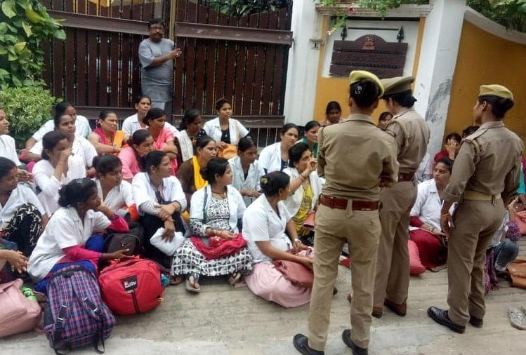 राजधानी लखनऊ में संविदा कर्मियों ने नौकरी से निकाले जाने पर स्वास्थ्य मंत्री जय प्रताप सिंह के घर के बाहर प्रदर्शन किया। वह स्थाई नौकरी दिए जाने के लिए प्रदर्शन कर रहे थे।