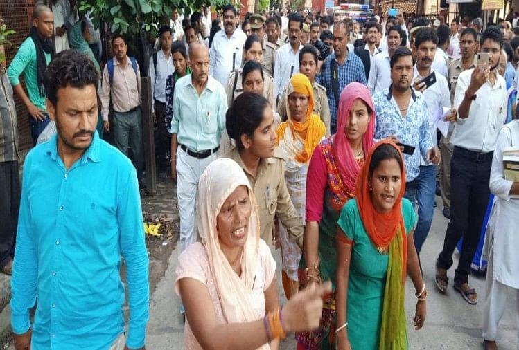 उत्तर प्रदेश के अलीगढ़ जिले में रिश्वतखोरी करने वाली पुलिस का बेहद शर्मनाक चेहरा सामने आया है। खबर है कि अलीगढ़ दीवानी में नियुक्त एक दरोगा ने गुरुवार शाम कुछ महिलाओं को दौड़ा-दौड़ा कर पीटा है।