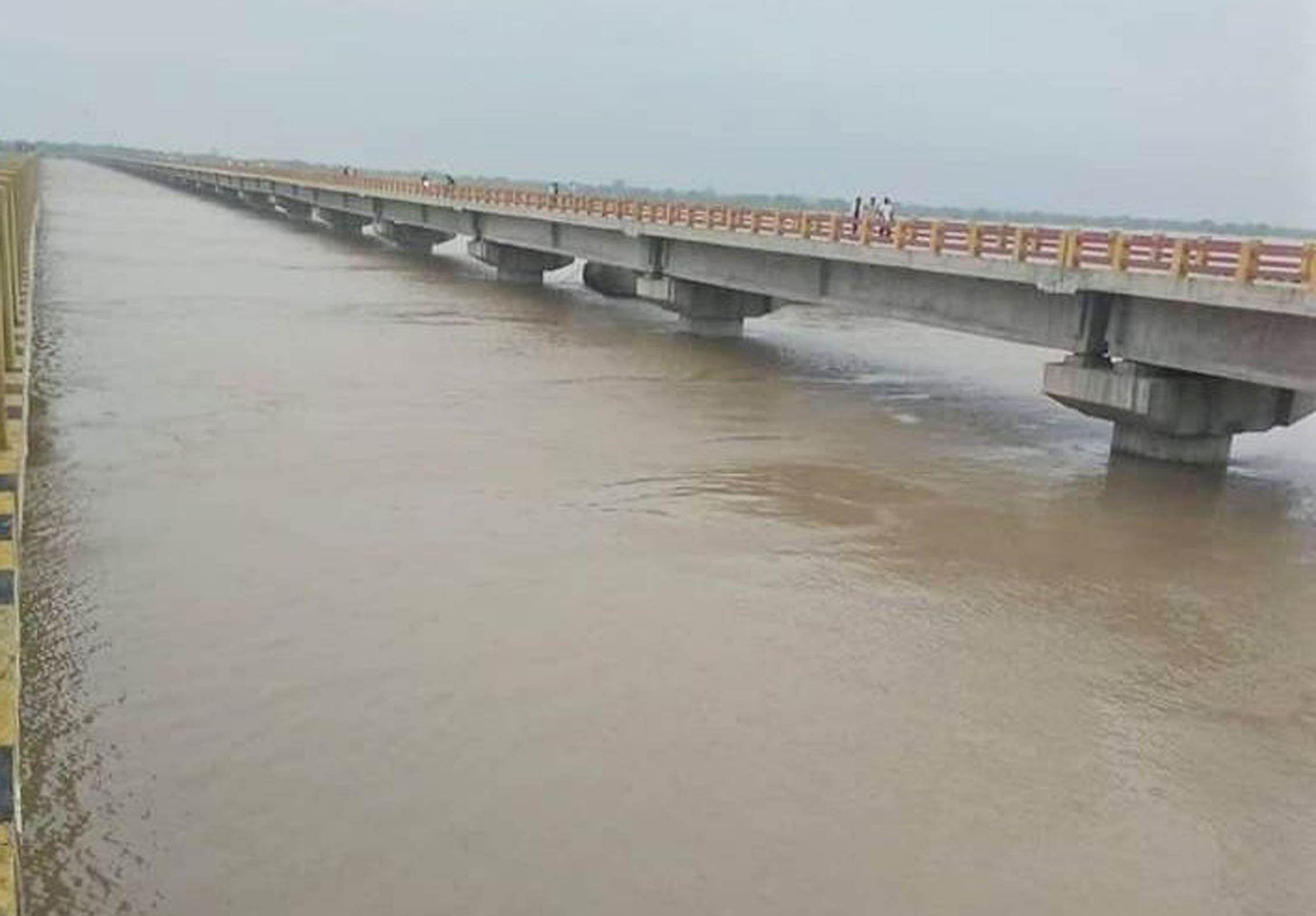 ांदा-फतेहपुर स्टेट हाईवे पर चिल्ला पुल में उफनाई यमुना नदी का जल स्तर।
