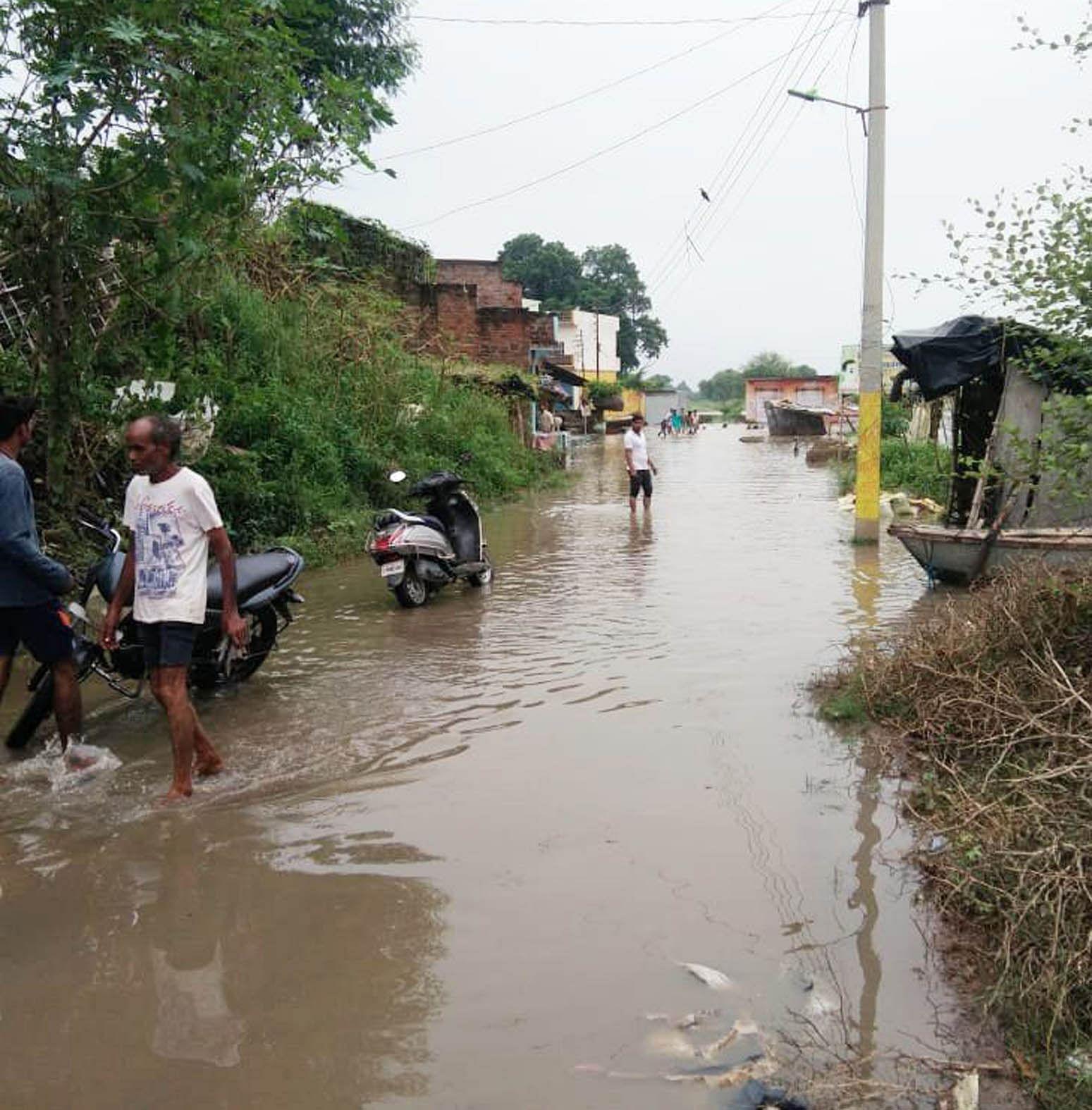 चिल्ला क्षेत्र के खजुरी गांव में बाढ़ का पानी।