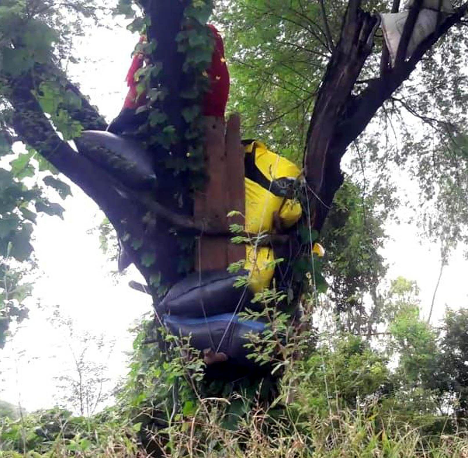 बाढ़ से बचाने के लिए पेड़ पर रखी गई गृहस्थी।