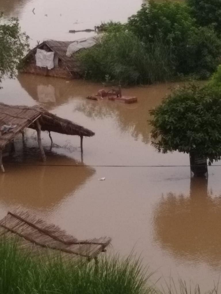 गुलोली गांव में पानी में डूबा ट्रैक्टर