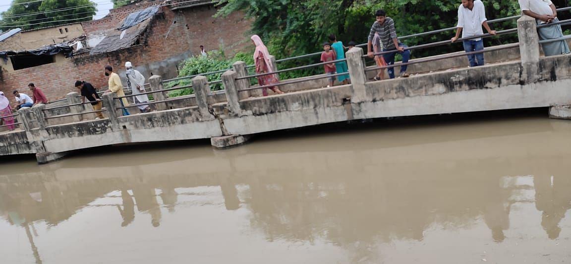 गुलोली गांव के पुल पर पहुंचा पानी