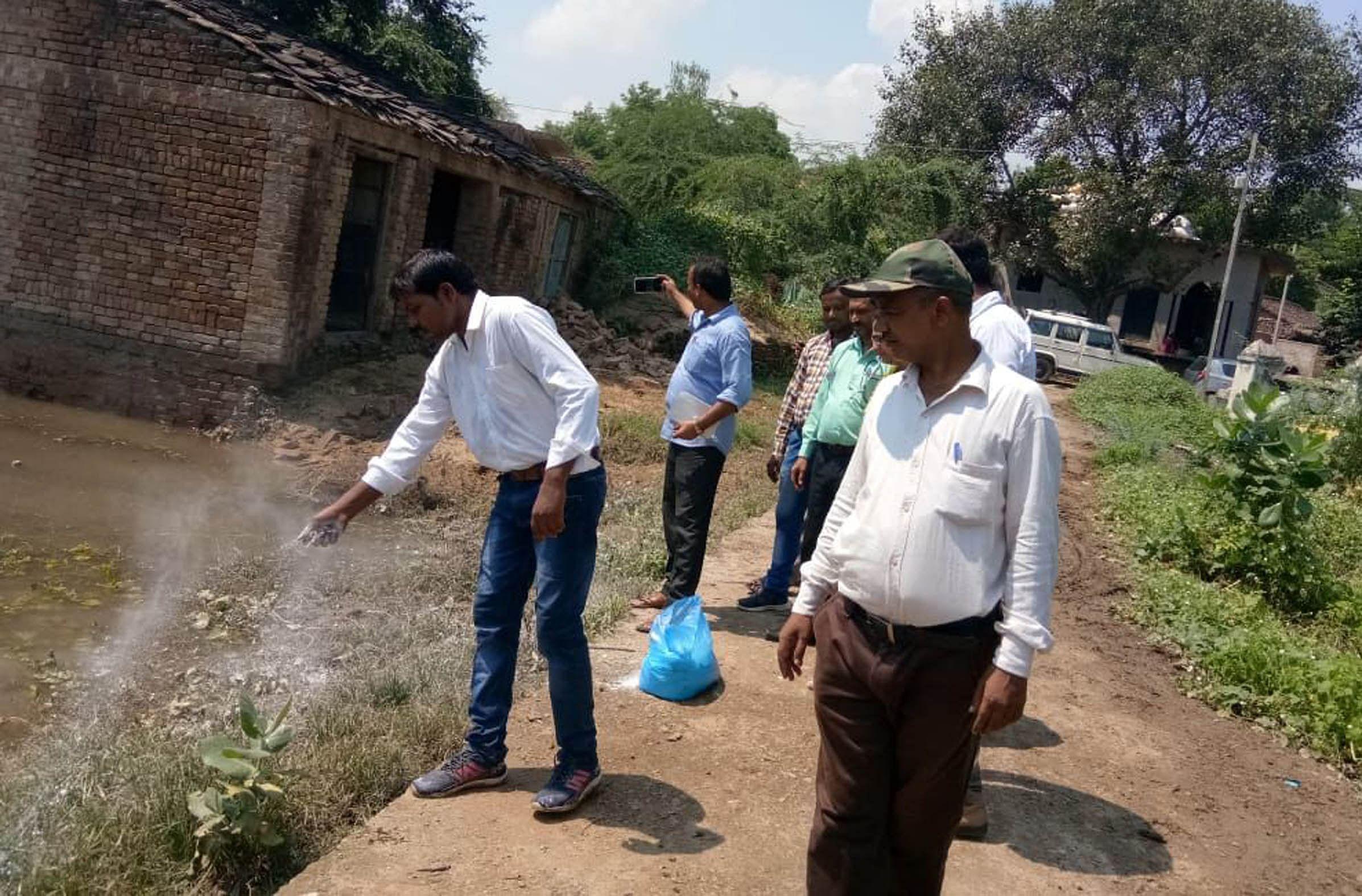 बाढ़ का पानी उतरने के बाद जसपुरा क्षेत्र में दवाओं का छ़िड़काव करती स्वास्थ्य विभाग की टीम।
