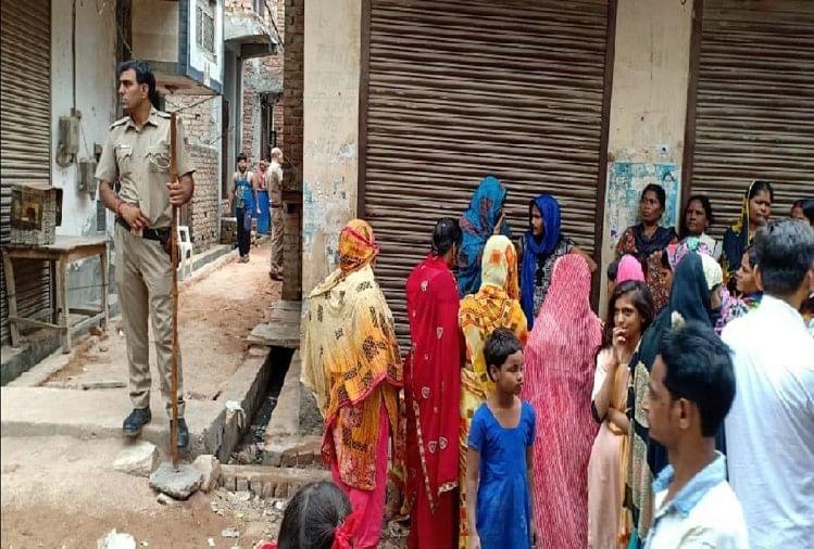 मौके पर पुलिस और लोग