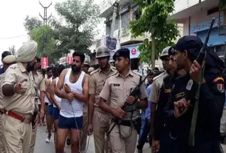 Image result for पुलिस ने 13 बदमाशों की सड़क पर निकाली परेड