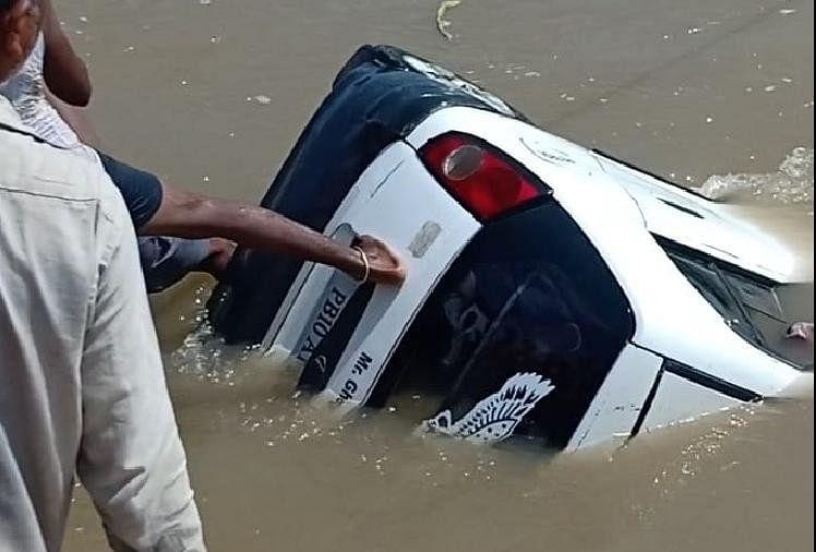 नहर में गिरी कार