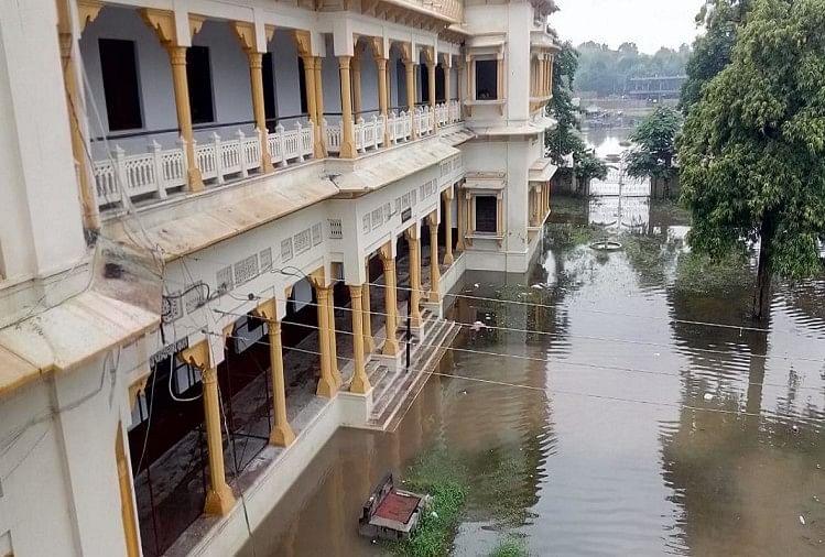 प्रयागराज में भारी बारिश के कारण के.पी. इंटर कॉलेज का बुरा हाल है । मुख्य द्वार से लेकर पूरे कॉलेज में घुटनों तक पानी भर गया है।