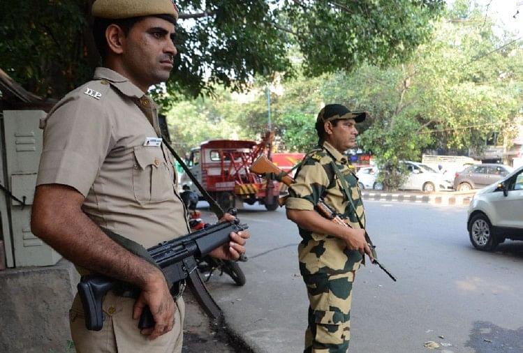 सुरक्षा मे तैनात दिल्ली पुलिस।
