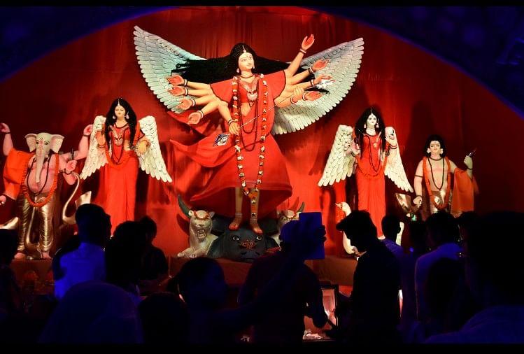 दुर्गोत्सव के तहत शनिवार को दुर्गा पूजा पंडालों में देवी की महासप्तमी की विशिष्ट पूजा-आराधना की गई। बांग्ला परंपरा के अनुसार नवदुर्गा की प्रतीक कलाबहू...